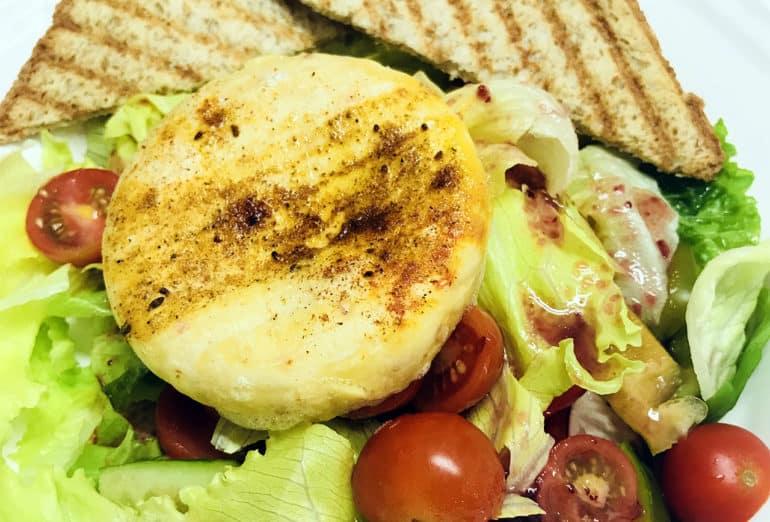 Salát s grilovaným hermelínem, brusinková zálivka